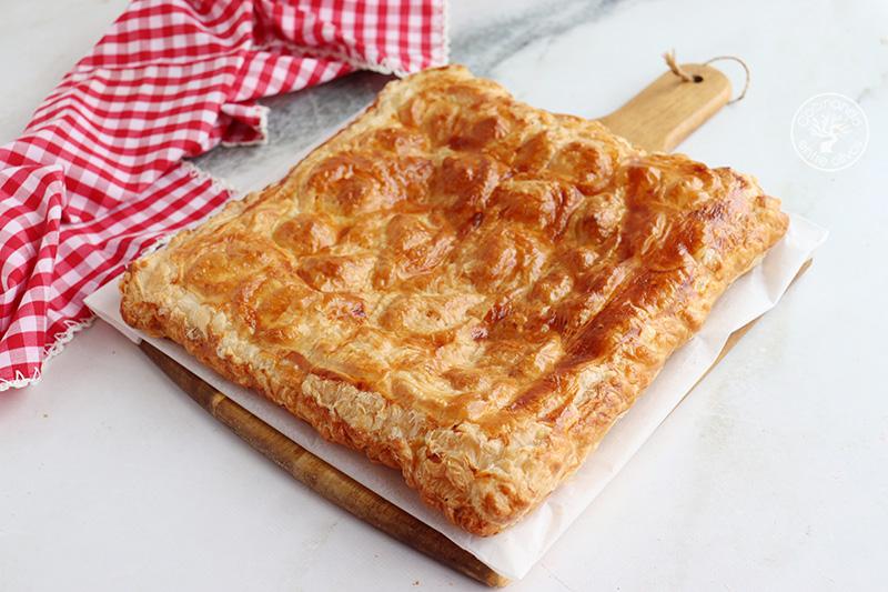 Empanada de queso de cabra con bacón y dátiles
