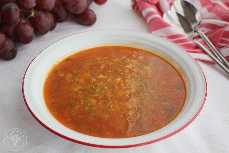 Sopa de tomate con uvas