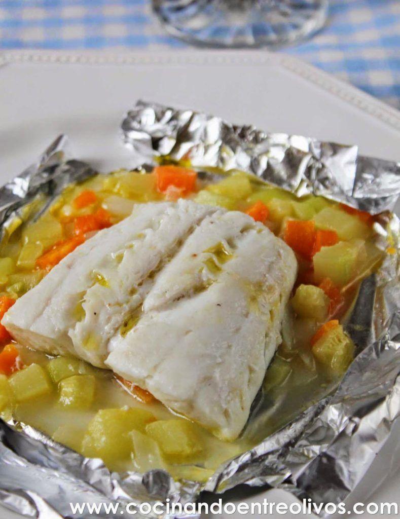 Merluza en papillote con verduras receta paso a paso for Cocinar filetes de merluza