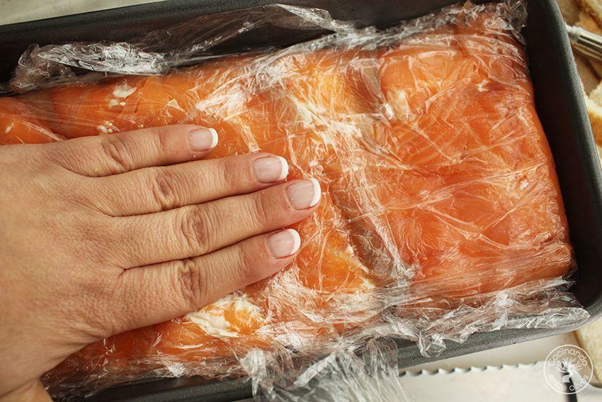 Cómo hacer Pastel de salmón ahumado, aguacate y pan de molde paso 13