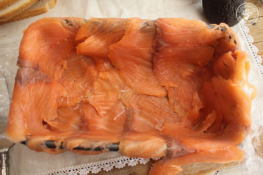 Cómo hacer Pastel de salmón ahumado, aguacate y pan de molde paso 8
