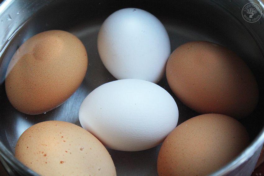 Huevos rellenos de pollo www.cocinandoentreolivos.com (2)