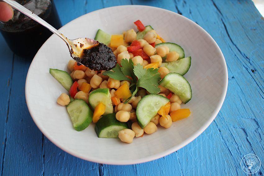 Ensalada de garbanzos con salsa de tomates secos y aove www.cocinandoentreolivos.com (17)