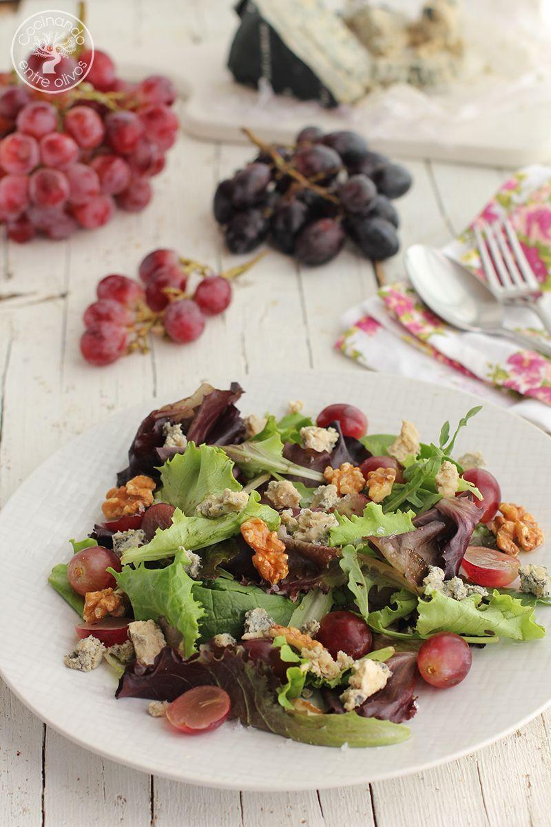 Ensalada con uvas, queso cabrales, nueces, aceite de oliva virgen extra y miel