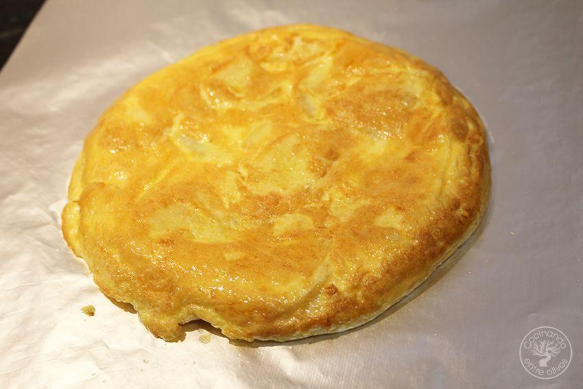 Rollo de tortilla de patatas con jamon serrano y queso (15)