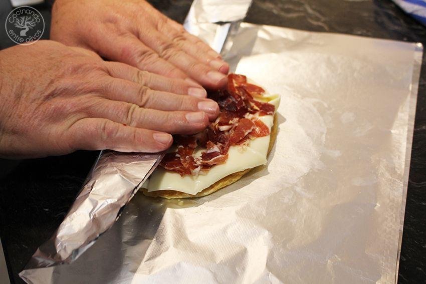 Rollo de tortilla de patatas con jamon serrano y queso (19)