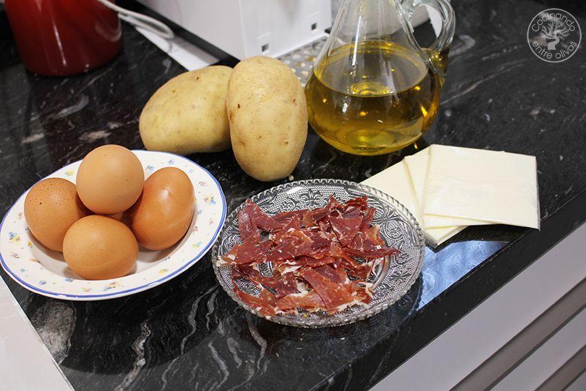 Rollo de tortilla de patatas con jamon serrano y queso (5)