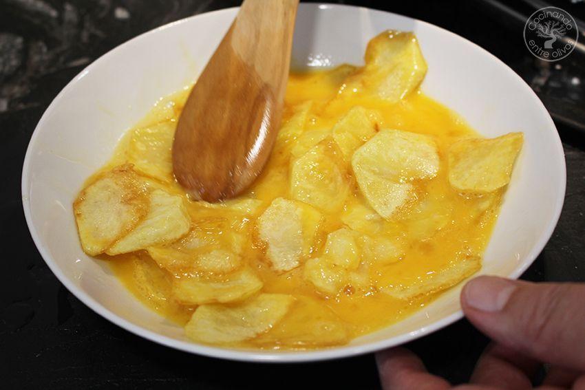 Rollo de tortilla de patatas con jamon serrano y queso (9)
