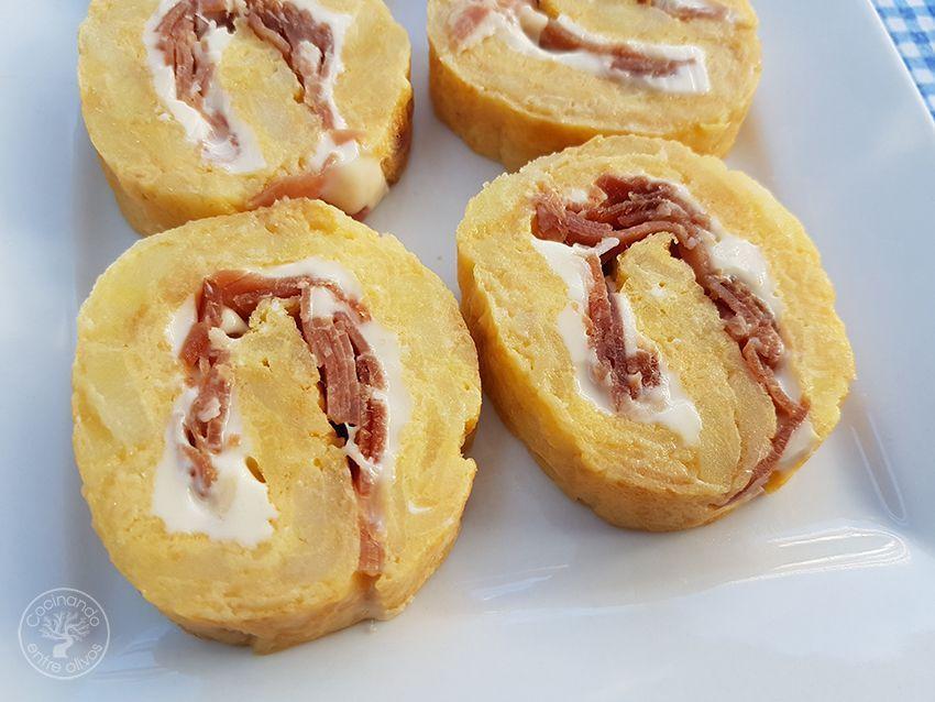 Rollo tortilla de patatas, queso y jamon serrano