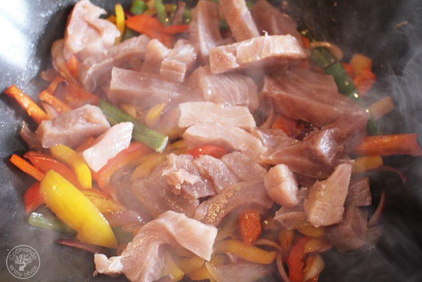 Wok de atun y pimientos www.cocinandoentreolivos.com (12)