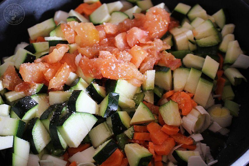 Pimientos del piquillo rellenos de verduras y salsa de queso