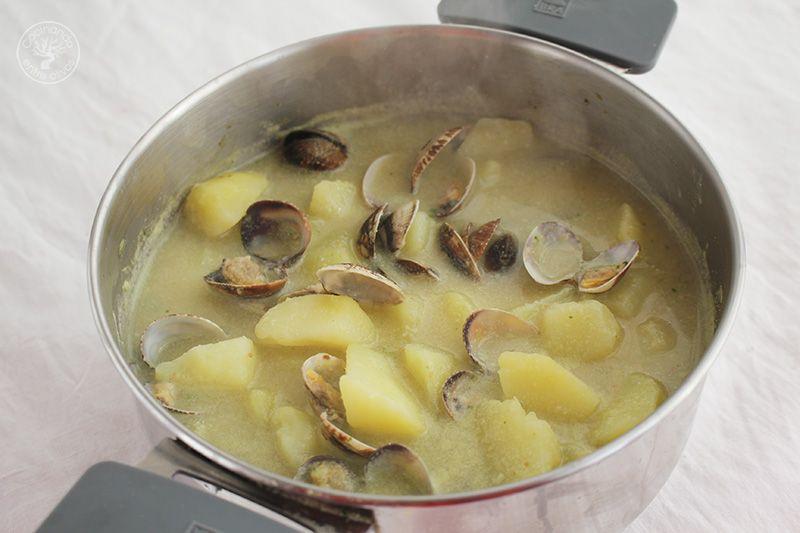 Patatas en ajopollo con almejas receta www.cocinandoentreolivos.com (3)
