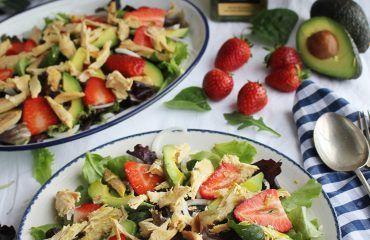 Ensalada de pollo asado con aguacate y fresas (1)