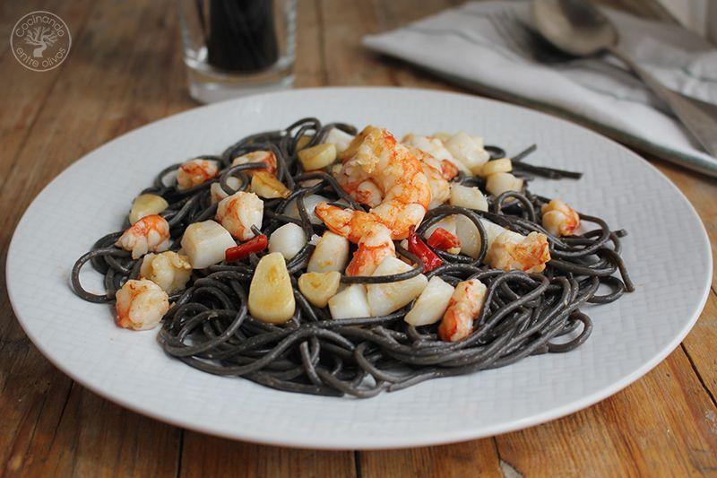 Espaguetis negros con sepia y gambones receta (13)