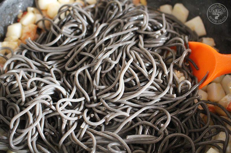 Espaguetis negros con sepia y gambones receta (9)