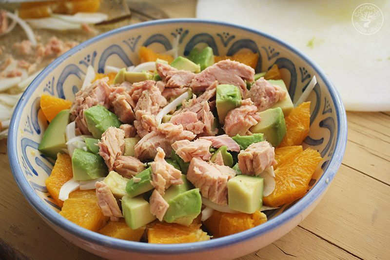 Ensalada de naranja, aguacate, atún y aceitunas receta (13)