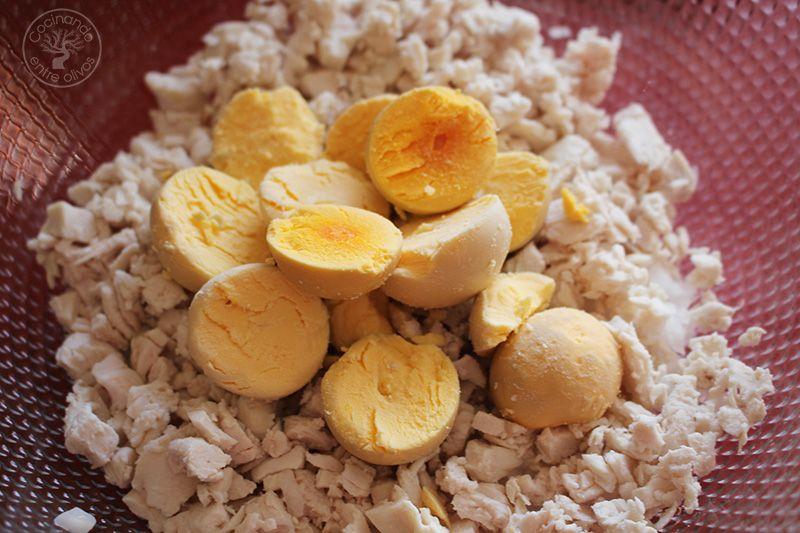 Huevos rellenos de pollo www.cocinandoentreolivos.com (21)