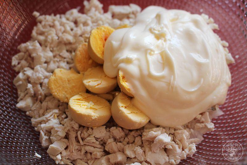 Huevos rellenos de pollo www.cocinandoentreolivos.com (22)