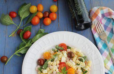Ensalada de pasta, con pavo, queso, tomate y albahaca