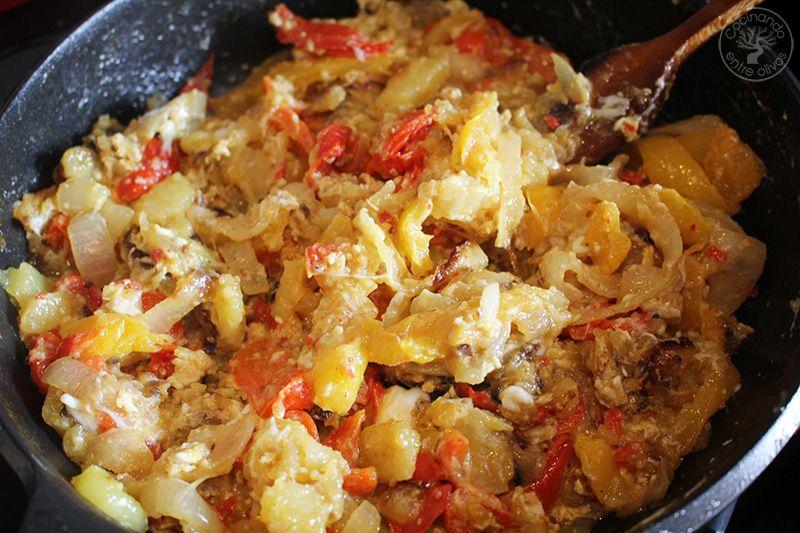 Revuelto de patatas, cebolla y pimientos rojos y amarillos (1)