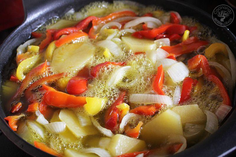 Revuelto de patatas, cebolla y pimientos rojos y amarillos (11)
