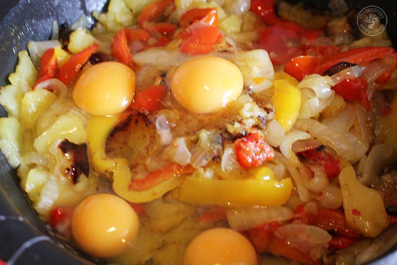 Revuelto de patatas, cebolla y pimientos rojos y amarillos (14)