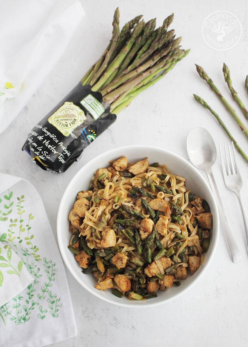 Salteado de fideos de arroz con pollo y espárragos verdes