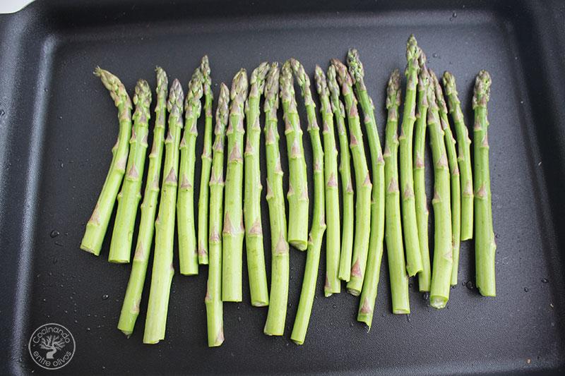 Espárragos verdes con bechamel y bacón