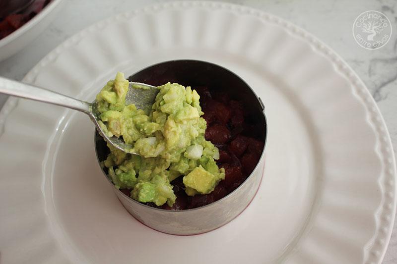 Tartar de atún con aguacate, remolacha y helado de aceite de oliva virgen extra