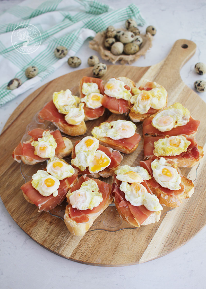 Tostadas con jamón serrano y huevo de codorniz