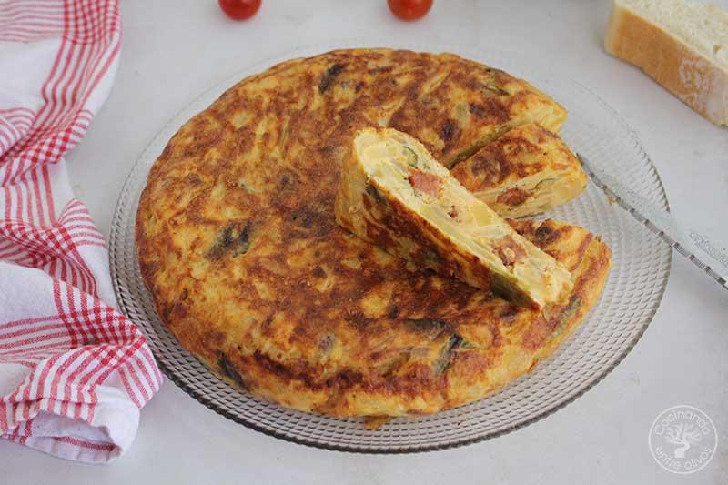 Tortilla de patatas con chorizo, pimiento verde y cebolla