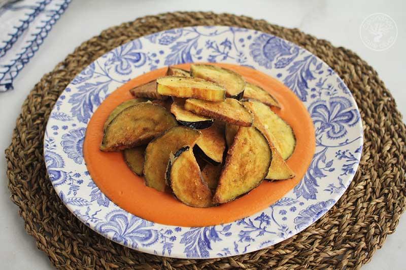 Berenjenas fritas con salmorejo y jamon