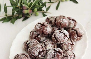Galletas craqueladas de chocolate y aceite de oliva