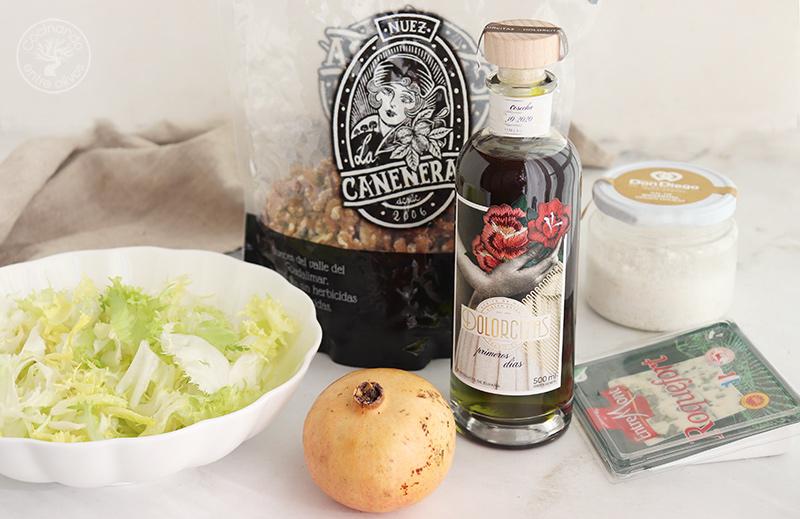 Ensalada de escarola con queso, granada y nueces