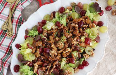Ensalada templada de pollo con uvas y nueces