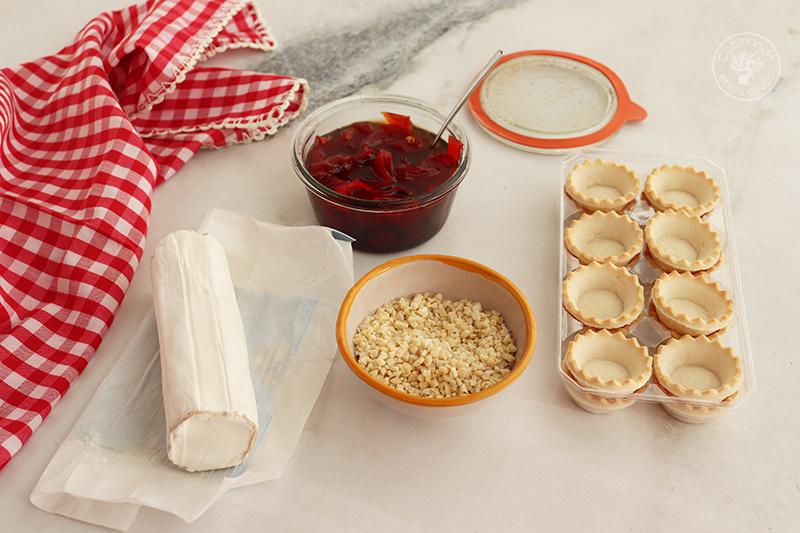 Tartaletas de queso con almendras y pimientos