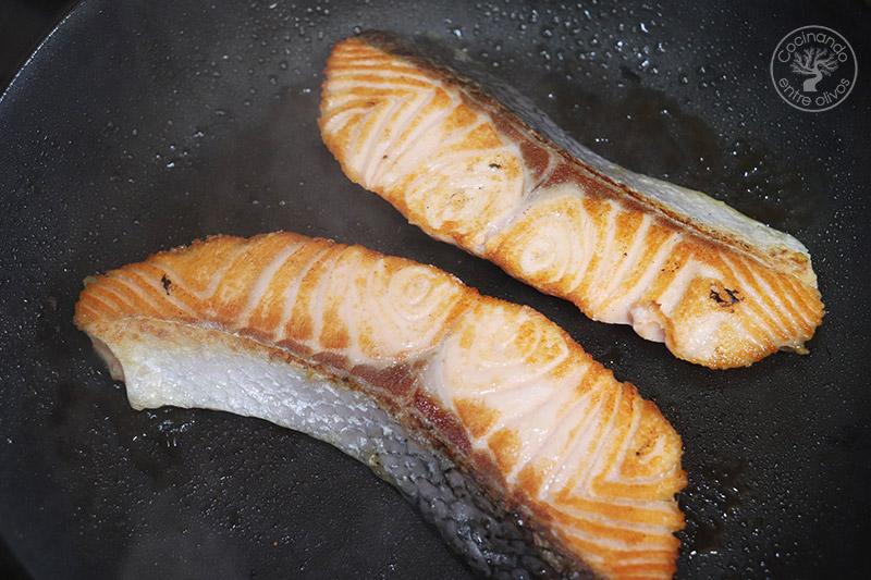 Ensalada templada de salmón y espárragos verdes