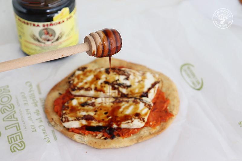Tortas de Inés Rosales con sobrasada y queso con miel de caña