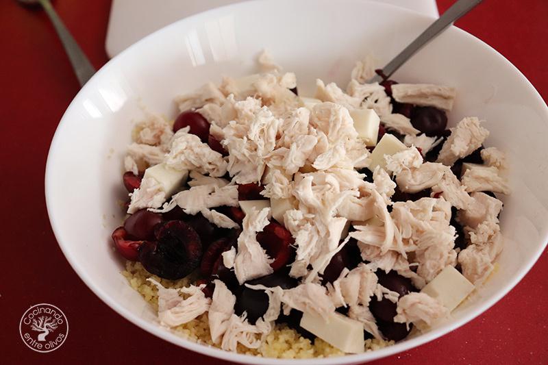 Ensalada de cous cous con cerezas y pollo