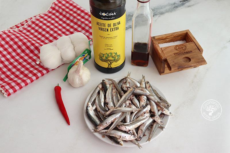 Hoy os propongo preparar un aperitivo para compartir, unos Boquerones a la bilbaína. Se trata de una elaboración que es muy fácil de hacer con la que los boquerones frescos o como dirían por el norte anchoas, quedan riquísimos. Espero que os animéis a hacerlos porque os va a sorprender y seguro que repetís. Ingredientes 500 g de Boquerones 6 dientes de ajo 1 o 2 guindillas Vinagre de Jerez Aceite de oliva virgen extra Sal Perejil Elaboración Lo primero que vamos a hacer es limpiar los boquerones, si son muy grande podéis quitarles la cabeza y la espina central, si son pequeños como los que he utilizado tan sólo les quitaremos la cabeza y las tripas. Después los lavaremos y secaremos bien. Pelamos y cortamos los ajos en láminas, los ponemos en la sartén con aceite de oliva virgen o virgen extra, mejor de la variedad picual, junto con un par de guindillas o pimiento rojo picante. Cuando los ajos comiencen a dorarse incorporamos los boquerones, dejamos que se cocinen, por último, añadimos el vinagre, un poco de sal y perejil picado por encima. Ya sólo queda servirlos con un buen pan y una Alhambra bien fría.